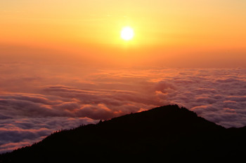 雲海と朝陽 Photo by Kenji Shimadate