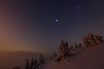 薄霧の月夜(3月8日・右上オリオン座) Photo by Kenji Shimadate
