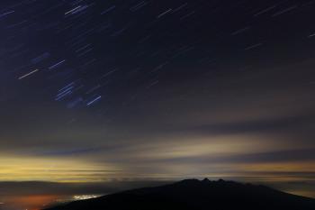 雲間のオリオン座(左/8月27日撮影) Photo by Kenji Shimadate
