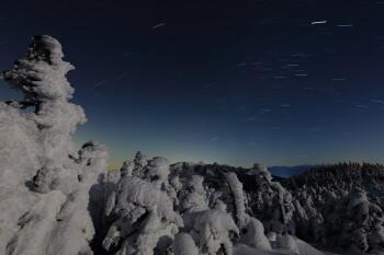 月夜の樹氷と八ヶ岳(2月1日撮影) Photo by Kenji Shimadate