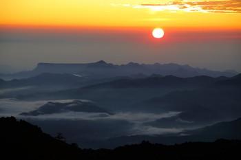 荒船山方面から昇る朝陽(8月6日撮影) Photo by Kenji Shimadate
