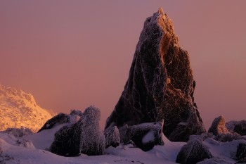朝陽を受ける尖り岩(1月20日撮影) Photo by Kenji Shimadate