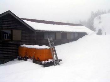3m近いヒュッテ付近の残雪