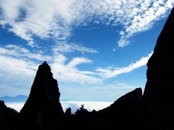 秋空と三ッ岳の岩塔
