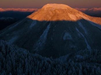 山頂から望む朝焼けの蓼科山