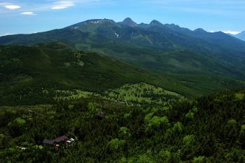 山頂付近から望む八ヶ岳連峰とヒュッテ
