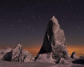 夜空に映える岩塔