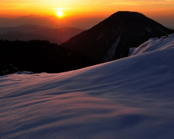 新雪と初夏の夕暮れ
