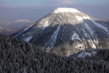 北横岳から望む蓼科山