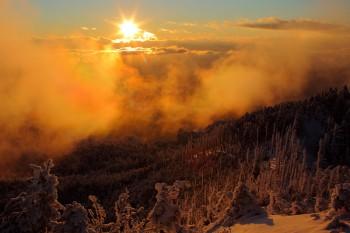 雲迫る夕焼け