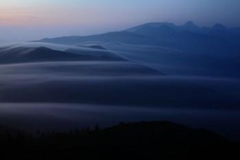 棚引く朝霧