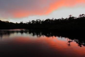 朝焼け雲と七ツ池