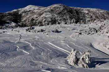 坪庭の風紋と北横岳 Photo by Kenji Shimadate
