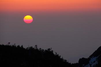 黄砂に霞む朝陽 Photo by Kenji Shimadate