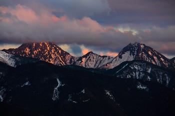 夕暮れの赤岳(左)と阿弥陀岳(右) Photo by Kenji Shimadate