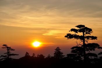 ヒュッテからの朝陽(25日撮影) Photo by Kenji Shimadate