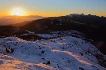 南峰山頂からの朝陽(1月7日撮影) Photo by Kenji Shimadate