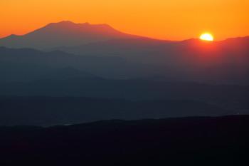 御嶽山と夕陽(10月14日撮影) Photo by Kenji Shimadate