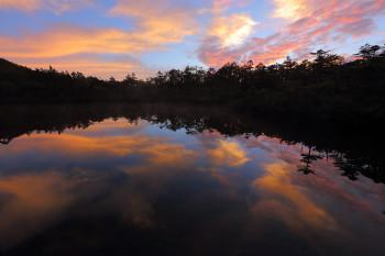 朝焼け雲映す七ツ池(8月13日撮影) Photo by Kenji Shimadate