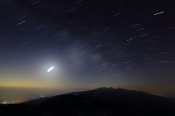 天の川(中央付近から左上、3月13日バルブ撮影) Photo by Kenji Shimadate