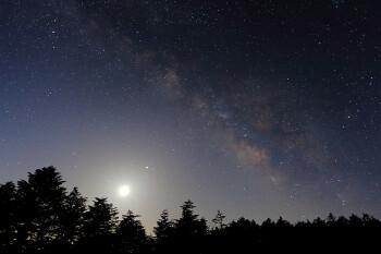 夜明け前の天の川(3月19日撮影) Photo by Kenji Shimadate