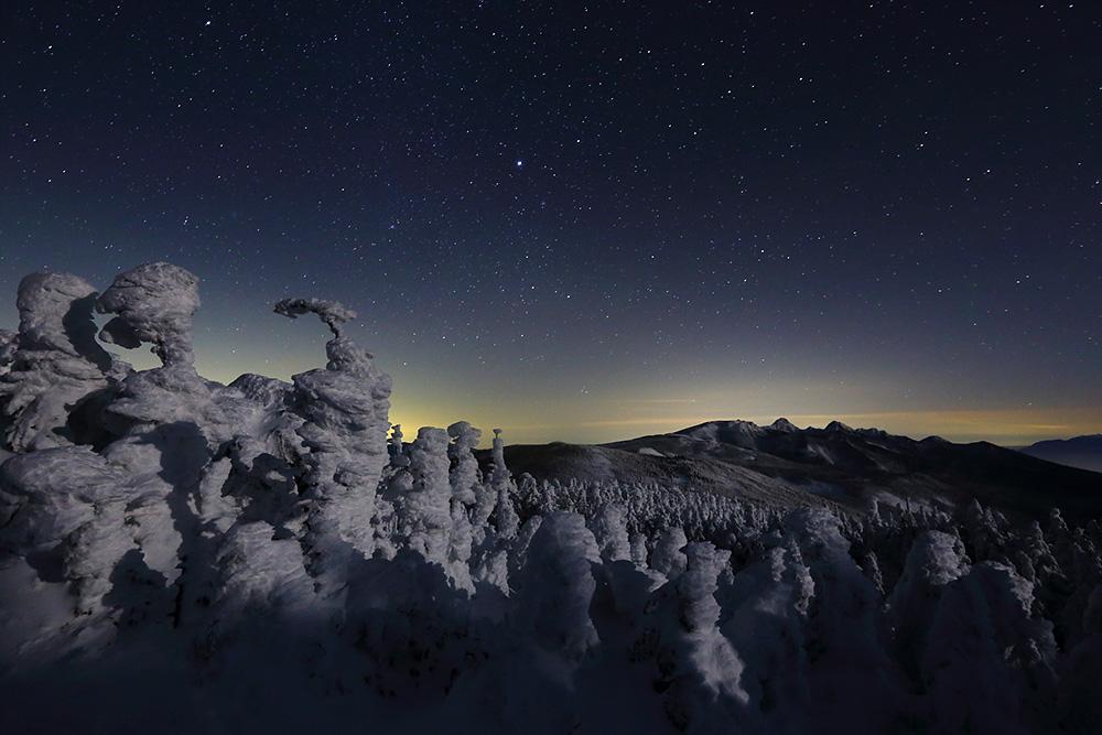 星夜と月影の樹氷 Photo by Kenji Shimadate