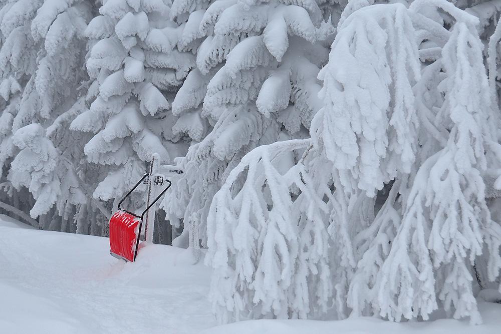 樹氷と赤い雪かき(15日撮影) Photo by Kenji Shimadate