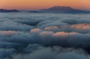 朝陽射す御嶽山と雲海(11月11日撮影) Photo by Kenji Shimadate