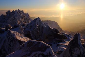 三ッ岳で迎える朝陽(1月20日撮影) Photo by Kenji Shimadate