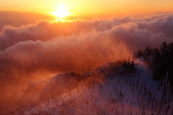 地吹雪上がる夕暮れ Photo by Kenji Shimadate