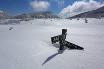 雪原の坪庭と道標(4月2日撮影) Photo by Kenji Shimadate