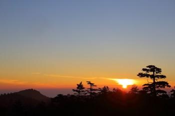 ヒュッテからの朝陽(7月30日撮影) Photo by Kenji Shimadate