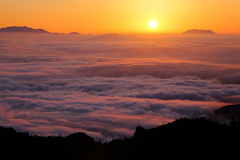 雲海の夕暮れ Photo by Kenji Shimadate