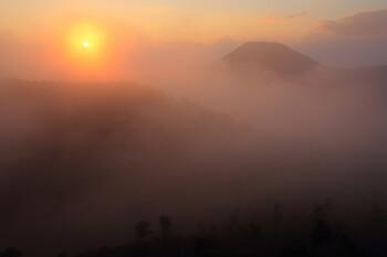 霧の中の夕暮れ(8月17日撮影) Photo by Kenji Shimadate