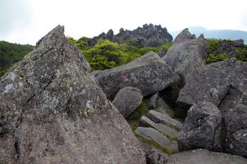 大岩の重なる三ツ岳の縦走路 Photo by Kenji Shimadate