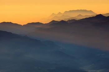朝陽差す両神山 Photo by Kenji Shimadate