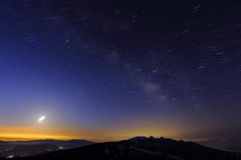 夜明け前の天の川(3月25日撮影) Photo by Kenji Shimadate