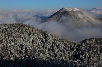 新雪の蓼科山(5月7日撮影) Photo by Kenji Shimadate