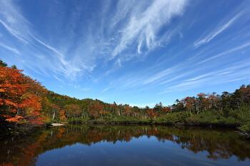 秋空の七ツ池(9月30日撮影) Photo by Kenji Shimadate 北八ヶ岳 北横岳ヒュッテ