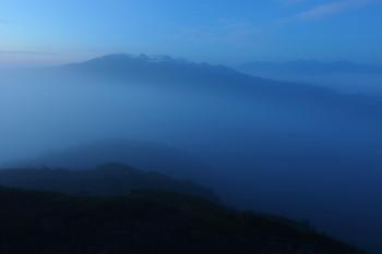 朝霧の晴れ間(8月20日撮影) Photo by Kenji Shimadate