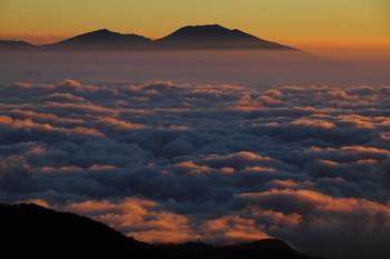 朝の雲海と浅間山 Photo by Kenji Shimadate