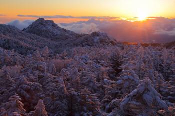 三ッ岳と朝陽(2月27日撮影) Photo by Kenji Shimadate