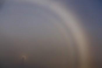 霧虹とブロッケン現象(画像の中央左下がブロッケン現象、外側の明白部が霧虹) Photo by Kenji Shimadate