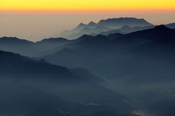 夜明け前の両神山 Photo by Kenji Shimadate