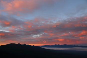 朝焼け雲と八ヶ岳と南ア(8月6日撮影) Photo by Kenji Shimadate