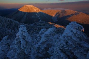 朝陽を受ける蓼科山(12月11日撮影) Photo by Kenji Shimadate