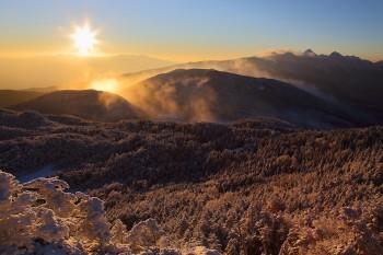 冬景色に輝く朝陽(12月15日撮影) Photo by Kenji Shimadate