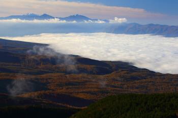 山麓の紅葉と新雪の南アルプス(10月28日撮影) Photo by Kenji Shimadate