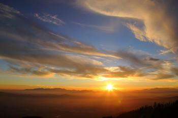 御嶽山へ沈む夕陽(10月26日撮影) Photo by Kenji Shimadate