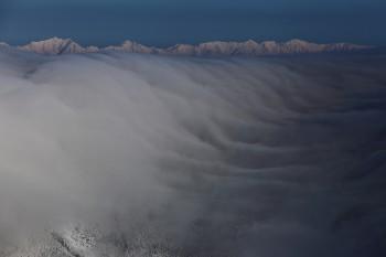滝雲と後立山連峰(3月5日撮影) Photo by Kenji Shimadate